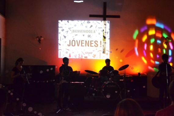 Noche de Adoración en el Grupo de Jóvenes