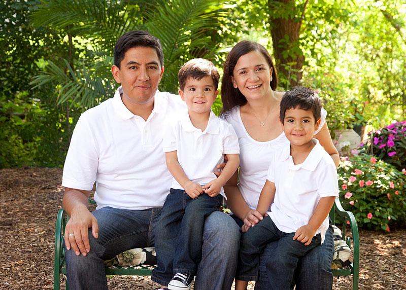 Mariano y Fanny Pineda, con sus hijos